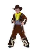 Piccolo cowboy allegro che posa alla macchina fotografica immagine stock libera da diritti