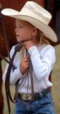 Piccolo Cowgirl che registra il suo cappello Fotografia Stock
