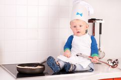 Piccolo cuoco unico del bambino nel cappello del cuoco con la siviera del metallo Fotografia Stock Libera da Diritti