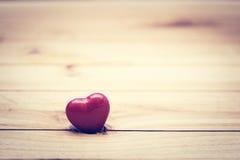 Piccolo cuore rosso su legno Concetto d'annata di amore, San Valentino Immagine Stock