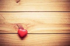Piccolo cuore rosso su legno Concetto d'annata di amore, San Valentino Fotografie Stock Libere da Diritti