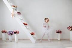 Piccolo dancing sveglio della ballerina nell'interno immagine stock libera da diritti
