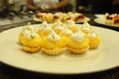Piccolo dessert, facente un spuntino, spuntino che mangia, torta del limone, crostata fotografie stock