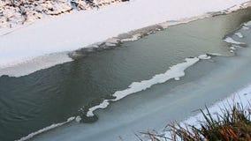 Piccolo dettaglio da un fiume in un orario invernale freddo stock footage