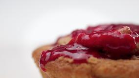 Piccolo dolce con frutta che completa versamento  archivi video