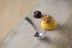 Piccolo dolce con il cioccolato di American National Standard della pralina su legno Fotografie Stock Libere da Diritti