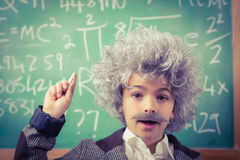 Piccolo Einstein che ha un'idea davanti alla lavagna Fotografia Stock