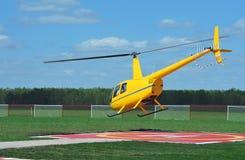 Piccolo elicottero giallo Immagini Stock