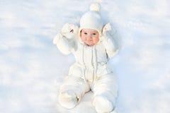 Piccolo fare da baby-sitter divertente in neve fresca Fotografia Stock Libera da Diritti
