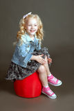 Piccolo fashionista che posa nel vestito del denim Immagini Stock