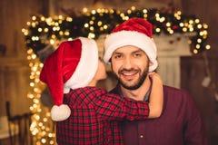 Piccolo figlio che abbraccia padre felice fotografie stock libere da diritti