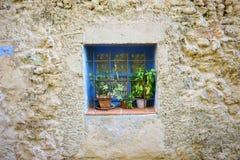 Piccolo finestra blu fotografia stock