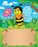 Piccolo fiore della tenuta dell'ape e della pergamena Fotografia Stock Libera da Diritti