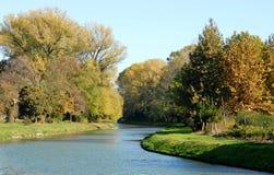 Piccolo fiume che passa la campagna nella città di Vigo Fotografia Stock