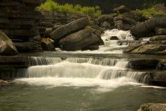 Piccolo fiume della montagna del Tennessee con le cadute Fotografia Stock