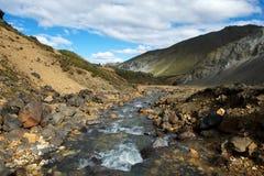 Piccolo fiume della montagna in Landmannalaugar, Islanda Immagine Stock