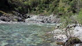 Piccolo fiume e colline verdi che scorrono a partire dalla macchina fotografica stock footage