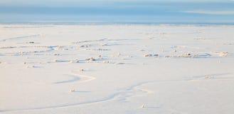 Piccolo fiume nella vista normale e superiore nevosa Fotografie Stock