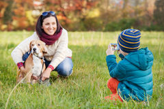 Piccolo fotografo - momento felice della famiglia Fotografie Stock Libere da Diritti