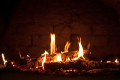 Piccolo fuoco nel forno fotografia stock libera da diritti