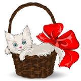 Piccolo gattino bianco lanuginoso che si siede in un canestro del regalo royalty illustrazione gratis