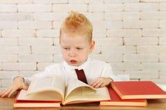 Piccolo genio con i libri Immagine Stock