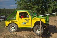 Piccolo giallo fuori dall'automobile della strada sulla corsa di prova Fotografia Stock