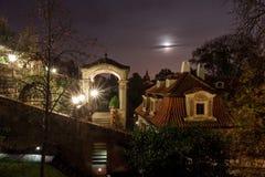 Piccolo giardino di Furstenberg dopo buio Fotografie Stock