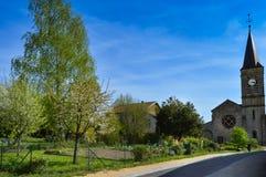 Piccolo giardino e vecchia chiesa in un piccolo villaggio Fotografie Stock Libere da Diritti
