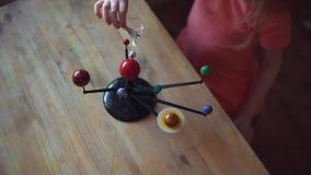 Piccolo giochi biondi della ragazza con la disposizione del sistema solare archivi video