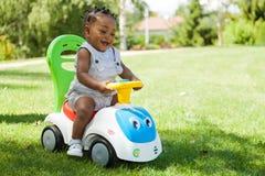 Piccolo gioco adorabile del neonato dell'afroamericano Fotografie Stock Libere da Diritti