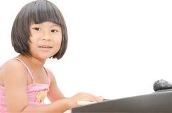 Piccolo gioco asiatico della ragazza sul piano digitale Fotografie Stock Libere da Diritti