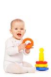 Piccolo gioco da bambini con i giocattoli su priorità bassa bianca fotografie stock libere da diritti