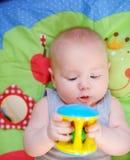 Piccolo gioco del bambino con il giocattolo luminoso Fotografie Stock Libere da Diritti