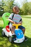 Piccolo gioco sveglio del neonato dell'afroamericano Immagini Stock