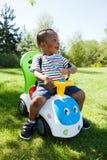Piccolo gioco sveglio del neonato dell'afroamericano Fotografia Stock Libera da Diritti