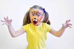 Piccolo gir adorabile dipinto come la tigre dall'artista Fotografie Stock Libere da Diritti