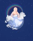 Piccolo globo del bambino con il Rainbow su cielo blu Fotografia Stock Libera da Diritti