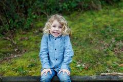 Piccolo godere del bambino di un giorno soleggiato Fotografie Stock Libere da Diritti