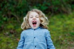 Piccolo godere del bambino di un giorno soleggiato Fotografie Stock