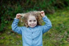 Piccolo godere del bambino di un giorno soleggiato Fotografia Stock