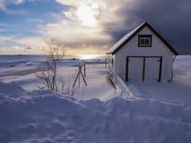 Piccolo granaio bianco nel villaggio di Ã… su Lofoten, Norvegia Immagine Stock