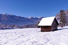 Piccolo granaio un giorno di inverno soleggiato Fotografia Stock Libera da Diritti