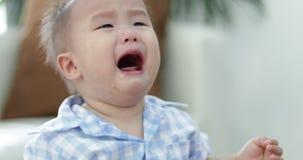 Piccolo gridare asiatico del ragazzo archivi video
