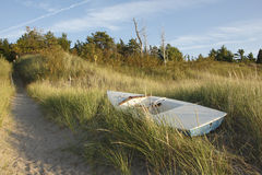 Piccolo guscio della barca a vela sulla duna di sabbia Fotografia Stock Libera da Diritti
