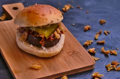 Piccolo hamburger di wagyu e cipolle fritte fotografia stock