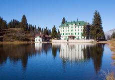 Piccolo hotel in alpi fotografia stock