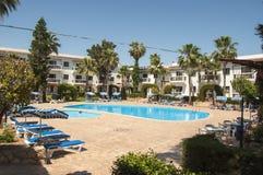 Piccolo hotel con la piscina Fotografia Stock Libera da Diritti