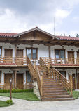 Piccolo hotel dei pavimenti del paese due con la scala esterna Fotografie Stock