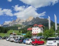 Piccolo hotel e parcheggio nelle alpi della dolomia, Italia Immagine Stock
